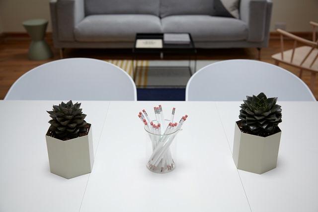 kwiaty i ołówki na biurku