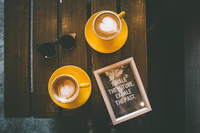 kawa na stoliku