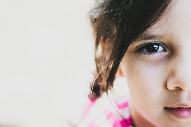 negatywne-opinie-w-liscie-motywacyjnym-dziewczynka-patrzy