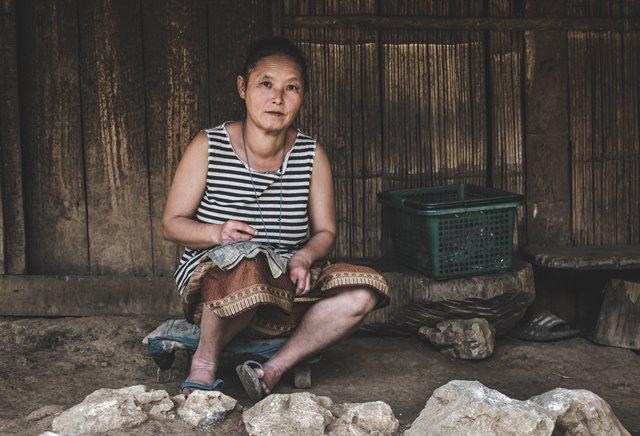pomoz innym znalezc sens zycia-kobieta-wyszywa