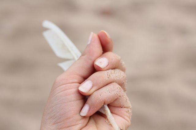 pióro w dłoni