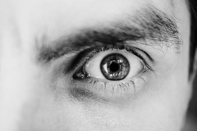 patrzace-oko-widzi-negatywne-opinie-pracodawcy-rekrutacji